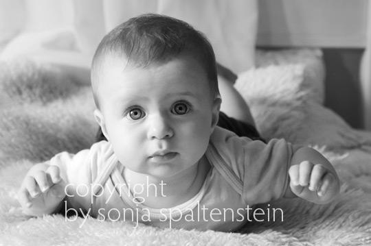 babyfotografie schwarz weiß on location